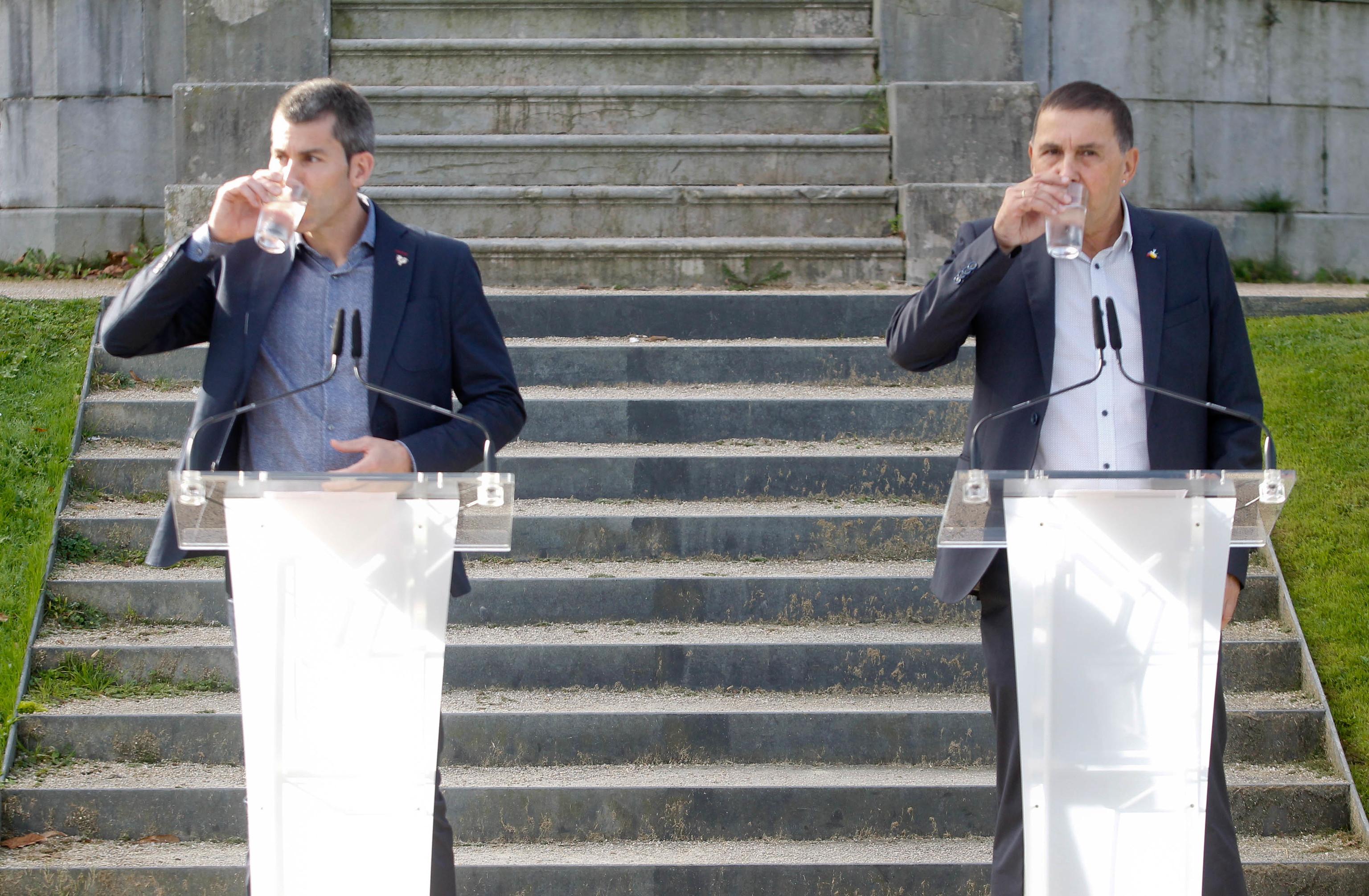 """Arkaitz Rodríguez y Arnaldo Otegi beben agua antes de leer su declaración """"solemne"""" en los jardines de Aiete."""