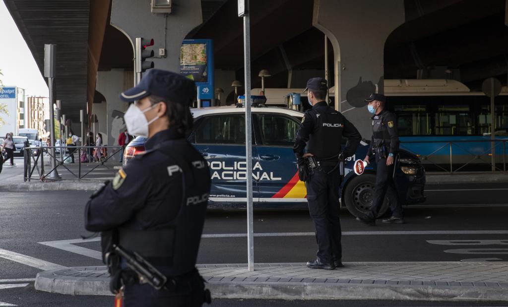Policías nacionales durante una actuación en la calle.