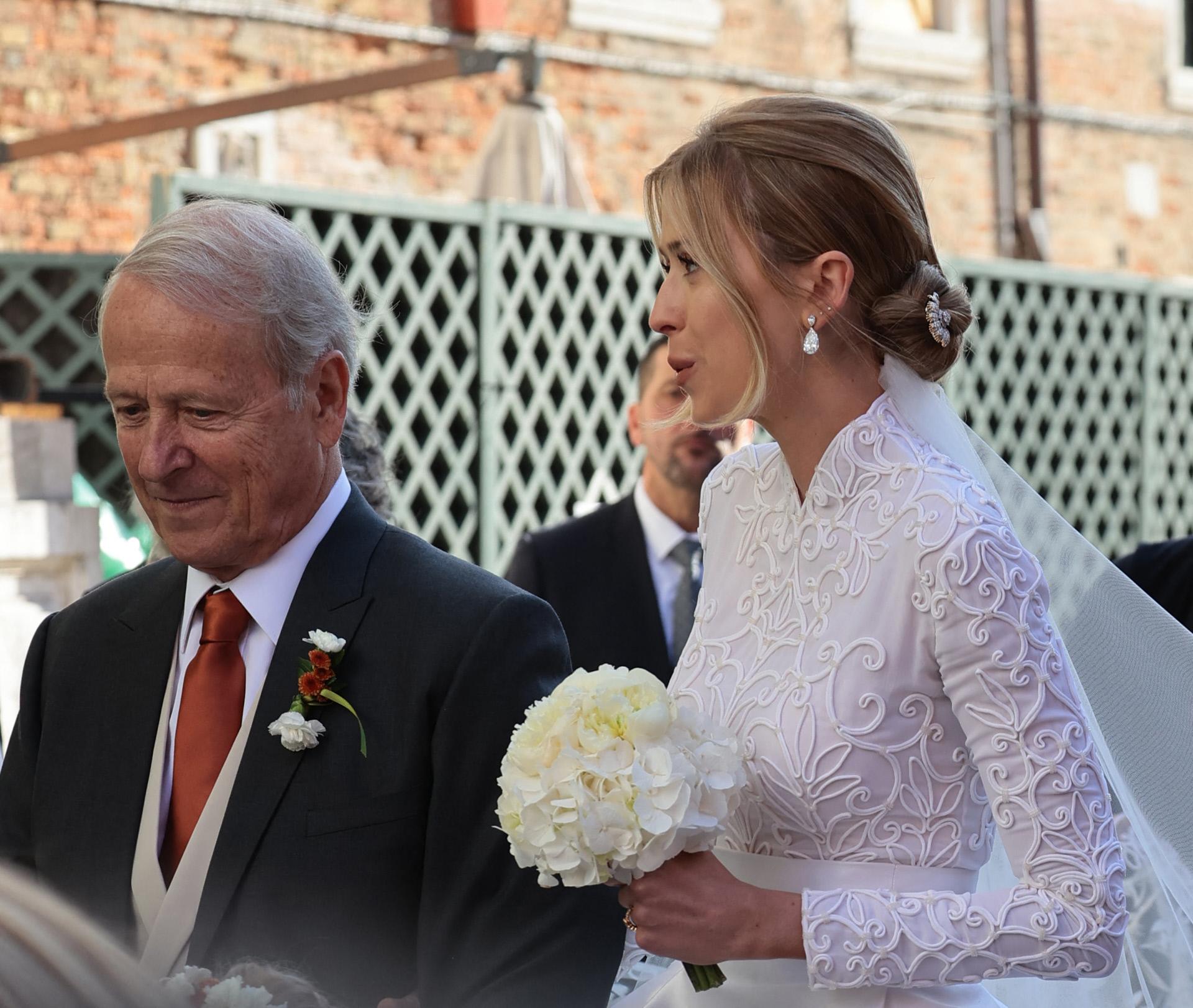 Geraldine Guyot llega a su boda del brazo de su padre.