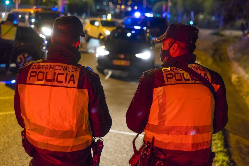 Dos agentes de la Policía Nacional durante una intervención.