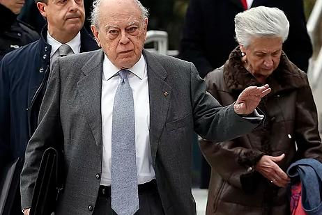 Jordi Pujol y su esposa, Marta Ferrusola, tras declarar en la Audiencia Nacional en 2016.