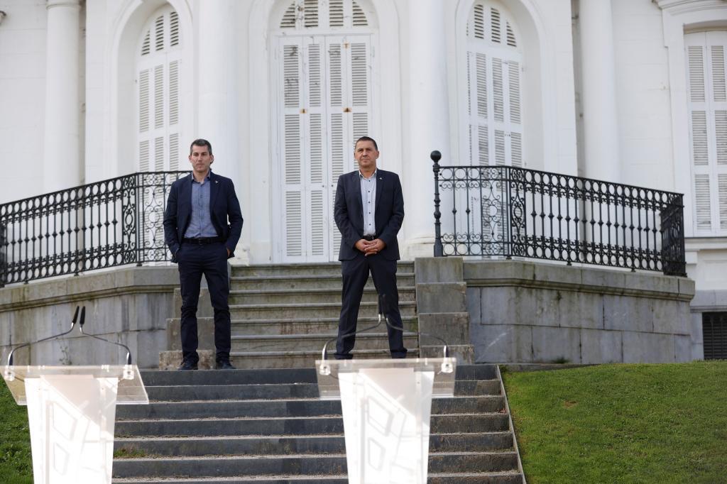 Los líderes de Sortu, Arkaitz Rodríguez, y Bildu, Arnaldo Ogtegi, ayer en el Palcio de Aiete.