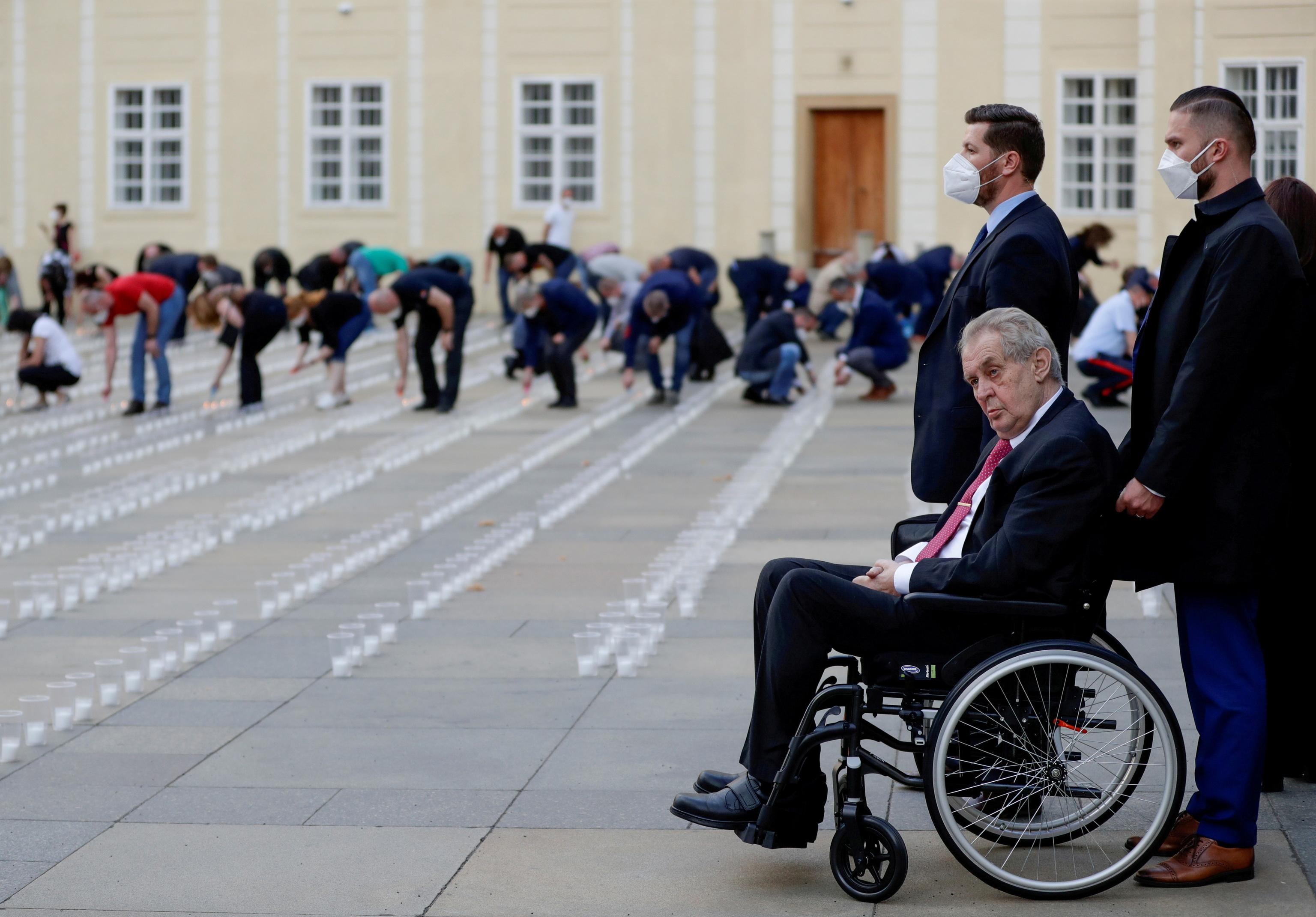 El presidente checo, Milos Zeman, en silla de ruedas.