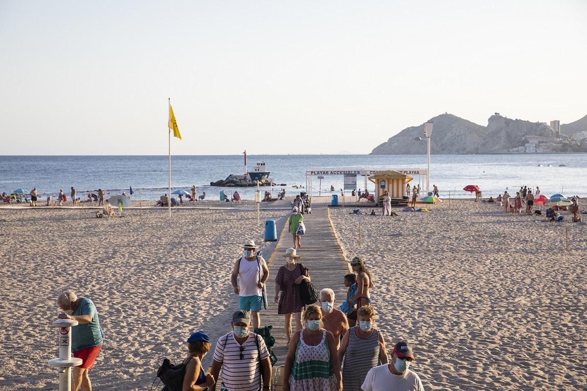 Turistas en la playa de Benidorm.