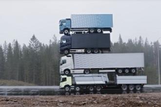 Una torre de camiones, para mostrar la potencia del nuevo Volvo