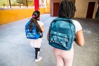 CaixaBank y la Fundación 'la Caixa' entregan más de 13.500 kits de material escolar