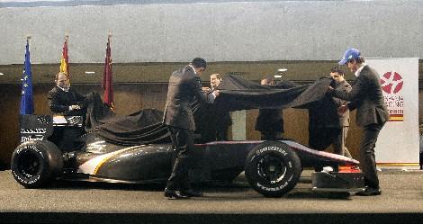 Los pilotos muestran el nuevo coche, en Murcia.
