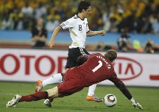 Ozil, el mejor de Alemania, intenta driblar al portero australiano. (AFP)