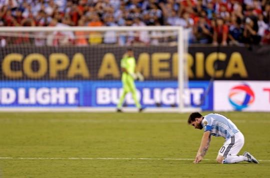 Leo Messi se lamenta tras caer ante Chile.