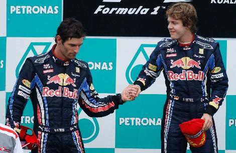 Vettel saluda a Webber en el podio de Malasia. | Ap