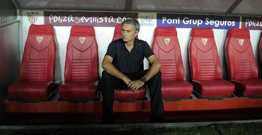 Mourinho, en el banquillo del Sánchez Pizjuán. (Foto: Afp)