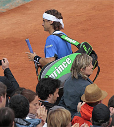 David Ferrer abandona la pista tras caer ante Melzer. (AFP)