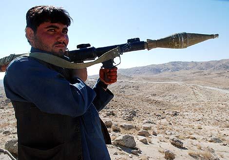 Un miliciano vigila la carretera en el sur de Afganistán. M. BERNABÉ
