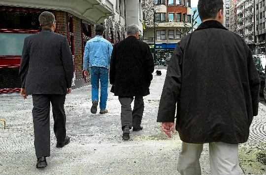 Varios escoltas, protegiendo a un amenazado por ETA  en el País Vasco.