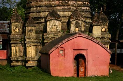 Templo budista junto a otro hindú./FOTOGRAFÍA: STEVE EVANS.