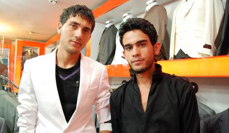 Dos jóvenes afganos, vestidos a la última moda, en un centro comercial de Kabul. M. B
