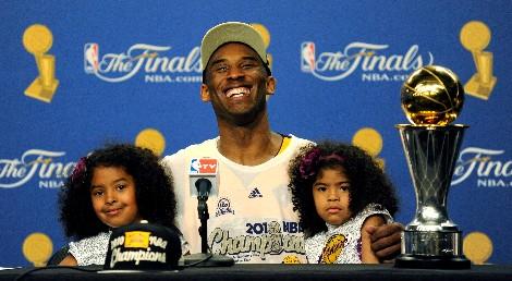 Kobe Bryant junto a sus dos hijas tras recibir el trofeo de jugador más valioso de las finales de la NBA.