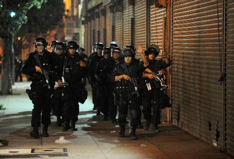 Policía de Los Angeles durante los disturbios de ayer en las cercanías del Staples Center