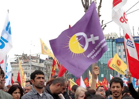 Bandera feminista en la marcha del 1 de Mayo en Estambul, 2011. Foto: Ilya U. Topper