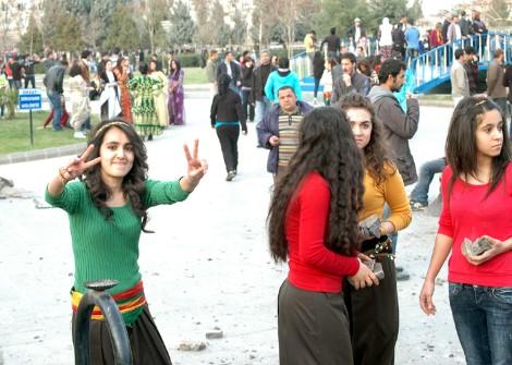 Chicas kurdas en la fiesta del Newroz, Diyarbakir, Marzo 2011. Foto: Ilya U. Topper