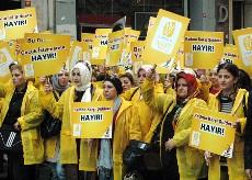 Mujeres cercanas al AKP se manifiestan contra la violencia familiar. Estambul, 2010. Foto: Ilya U. Topper