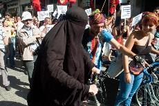 Un joven disfrazado con burka se manifiesta contra los planes urbanísticos en Estambul. Foto: Ilya U. Topper
