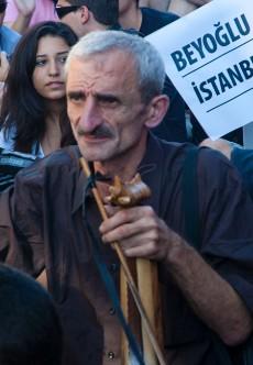 Un músico callejero en la manifestación de Beyoglu, Estambul. Foto: Ilya U. Topper. 2011