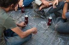 Manifestantes en Estambul beben sobre una mesa pintada en el pavimento. Foto: Ilya U. Topper. 2011