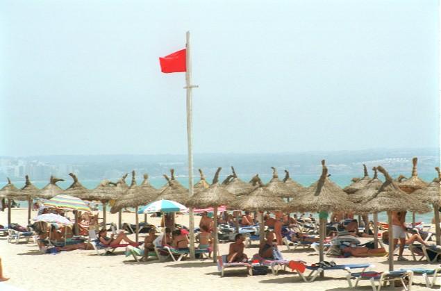 la bandera roja en el mar significado