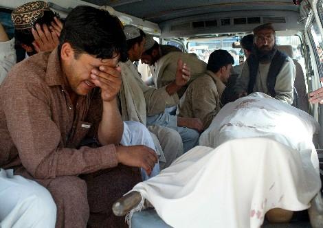 Un hombre llora la muerte de una de las víctimas de la explosión de una bomba en Quetta (Pakistán). | Efe