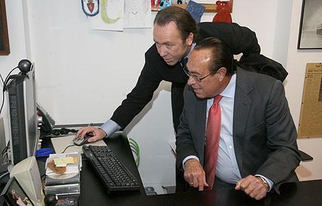 Curro Romero, con Zabala de la Serna en la redacción de ELMUNDO.es. | José Aymá