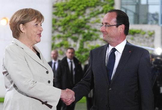Merkel y Hollande se dan la mano