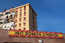 Un cartel en un bazar avisa de que sus propietarios no son chinos. FOTO: ESTHER LOBATO