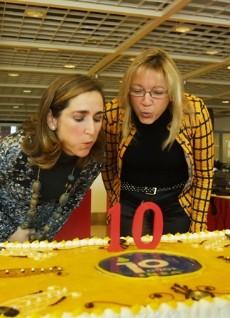 La entonces alcaldesa y la directora de la tienda de Ikea en Castilleja celebran un aniversario de la firma. / CONCHITINA