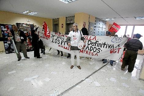 Protesta de prejubilados de Mercasevilla exigiendo los pagos a la Junta. Foto: FERNANDO RUSO