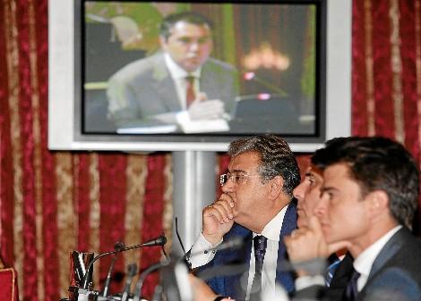 Zoido escucha la intervención de Juan Espadas. / CONCHITINA