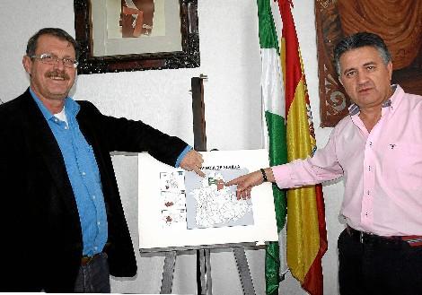 Los alcaldes de Cazalla y Constantina, situando a sus pueblos en un mapa de Sevilla.