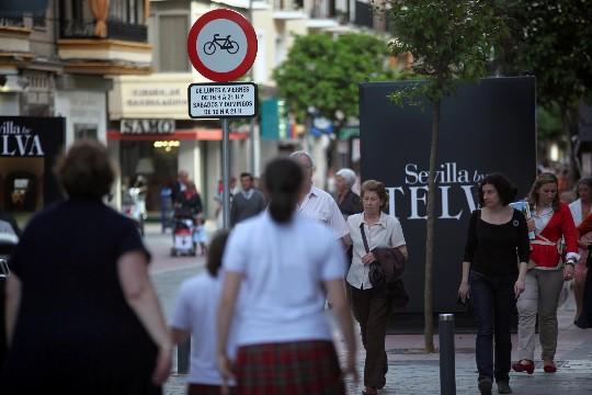 Señales de prohibición en el carril bici de la calle Asunción.