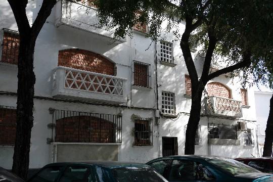 Ventanas tapiadas en el barrio de Regiones Devastadas, en Sevilla / Esther Lobato