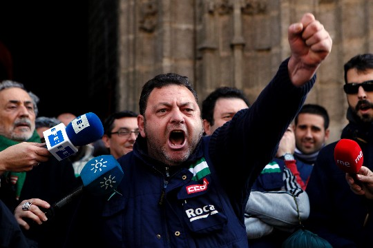 Trabajadores de Roca, el lunes, tras concluir su encierro en la Catedral de Sevilla. / Esther Lobato
