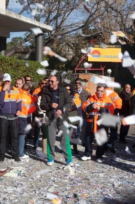 Trabajadores de Lipasam tiran papeles al suelo. / Conchitina