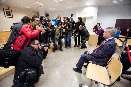 Ortega Cano, rodeado de fotógrafos, en el banquillo. / Conchitina