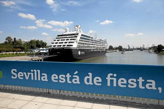 Un crucero anclado en el muelle de las Delicias de Sevilla. / Jesús Morón