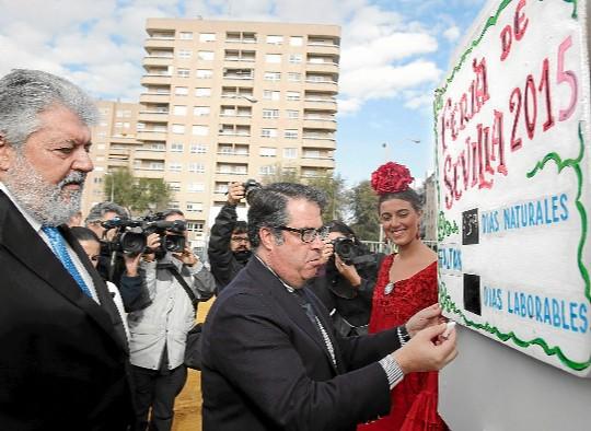 Rafael Carretero, a la izquierda, en la colocación del primer tubo de la Feria 2015. / Conchitina