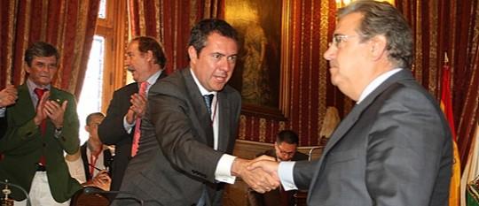 Espadas estrecha la mano a Zoido en la toma de posesión de éste. / Carlos Márquez
