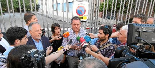 Juan Espadas, en septiembre pasado, en una rueda de prensa ante la fábrica. / Carlos Márquez