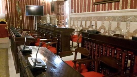 Sillones de los concejales en el salón de plenos del Ayuntamiento de Sevilla.