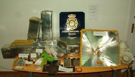 Droga y artilugios requisados en el laboratorio