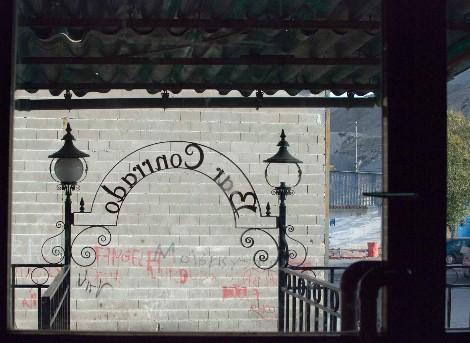 Arco en el porche del bar, visto desde el interior