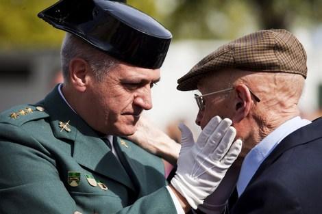 Gesto cariñoso entre el coronel Domingo Aguilera y su padre, el subteniente Domingo Aguilera (Foto: Roberto Cárdenas)
